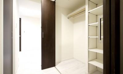 大理石調カウンターのL型キッチン (廊下収納)