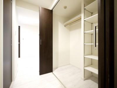 廊下収納 (大理石調カウンターのL型キッチン)