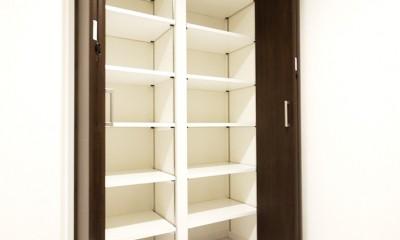 大理石調カウンターのL型キッチン (玄関収納)