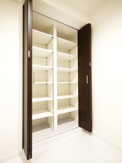 玄関収納 (大理石調カウンターのL型キッチン)