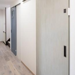 こだわりいっぱいのキッズスペース&キッチン! (カラー建具で遊び心のある廊下)