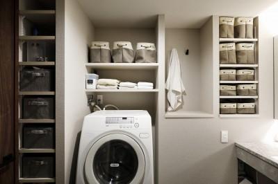 海外ドラマに出てきそうな洗面室 (無垢を感じる。陰影を見る。)