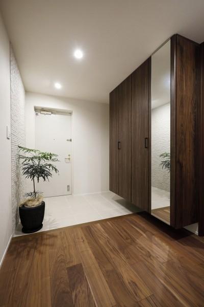 フロートタイプの収納をつけたホテルライクな玄関 (無垢を感じる。陰影を見る。)