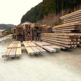 愛知の土壁[工事中] (天然乾燥の材木)