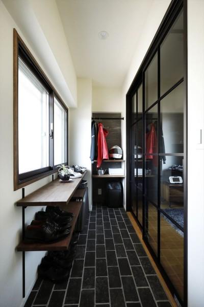 玄関土間 (T邸_cozy stylish room ~こだわりの快適な部屋~)