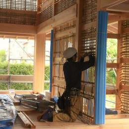 静岡の石場建て[工事中] (稲わらで竹を編む)