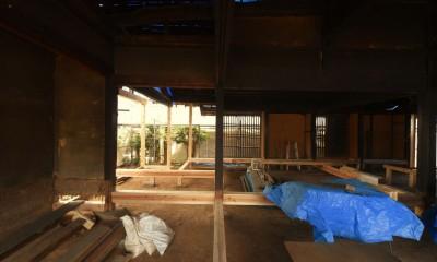 愛知の茅葺き再生[工事中] (伝統的な工法で梁や足固めを入れ直す)