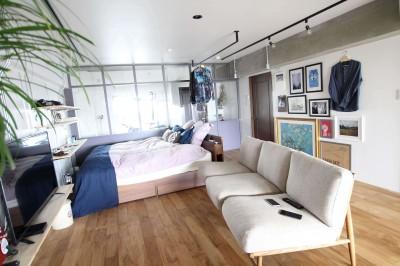 リビング兼ベッドルーム (施主の趣味や生活が垣間見える「週末自宅レストラン」~Y様邸~)