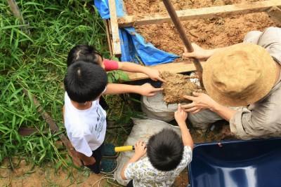 子供達と一緒に荒壁塗り (愛知の茅葺き再生[工事中])
