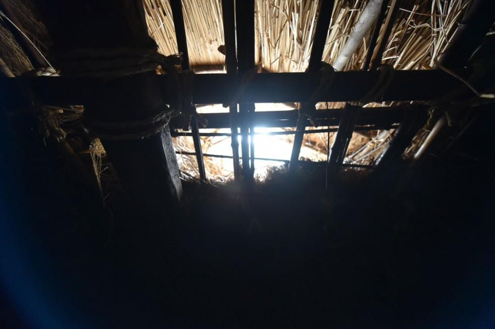愛知の茅葺き再生[茅葺き] (内部窓からの光)