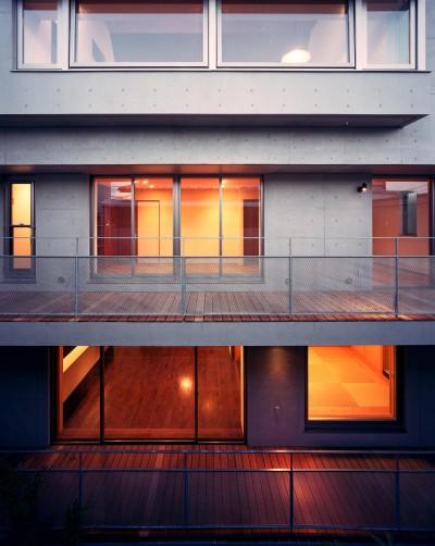 庭側外観 (【フラッツS 】  都心の山岳都市住宅)
