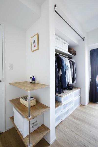 造作棚と既成の収納できれいに片付くベッドルーム (今まで、イマ、これから)