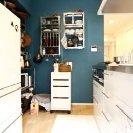 色選びに3ヶ月、体中ペンキまみれ…思いが詰まった唯一無二のネイビーの壁~M様邸~ (キッチン)