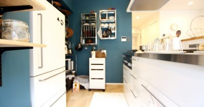 キッチン (色選びに3ヶ月、体中ペンキまみれ…思いが詰まった唯一無二のネイビーの壁~M様邸~)