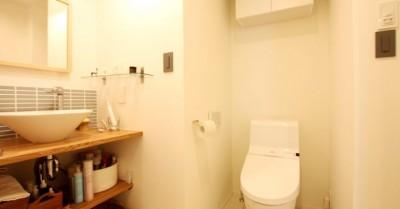 トイレ、洗面室 (色選びに3ヶ月、体中ペンキまみれ…思いが詰まった唯一無二のネイビーの壁~M様邸~)