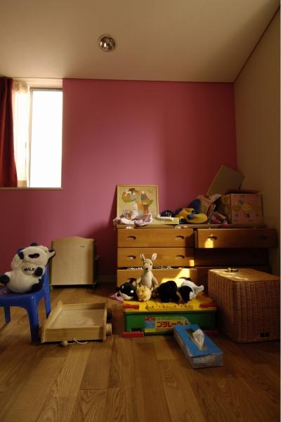 女の子の部屋 (パティオのある家)