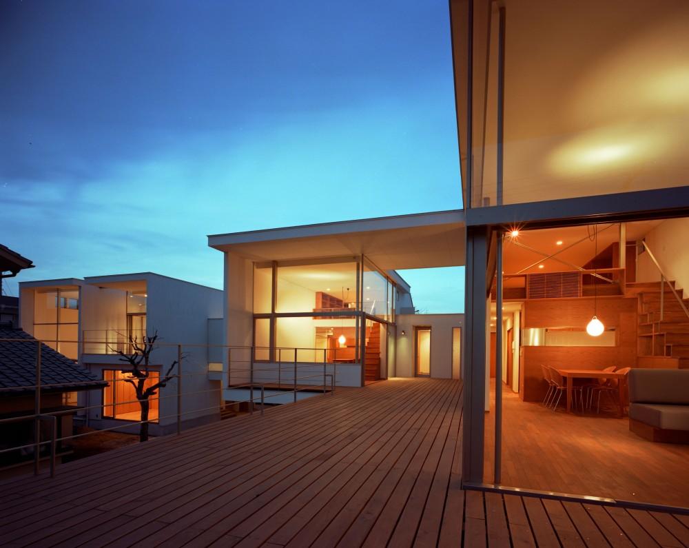 【フラッツ5+1】  − オーナー3住戸+賃貸2戸+アトリエの複合建築 (デッキ夕景)