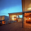 【フラッツ5+1】  − オーナー3住戸+賃貸2戸+アトリエの複合建築の写真 デッキ夕景