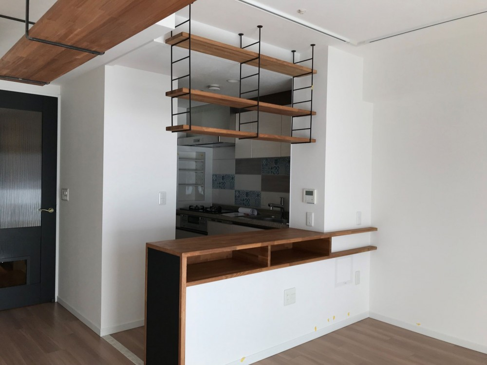 カウンター付きキッチン (愛猫をいろんな角度で眺められる、遊びゴコロにあふれた家~T様邸~)