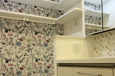洗面室アクセントクロス (愛猫をいろんな角度で眺められる、遊びゴコロにあふれた家~T様邸~)