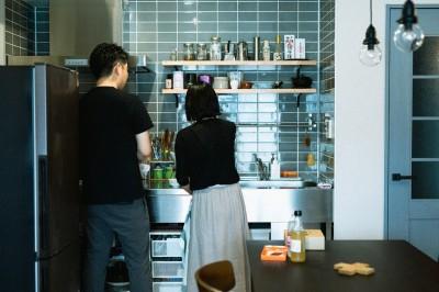 キッチン (ヘリンボーンの廊下とステンレスキッチン)