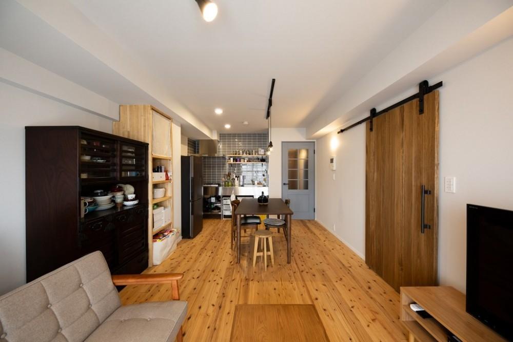 ヘリンボーンの廊下とステンレスキッチン (リビングダイニング)