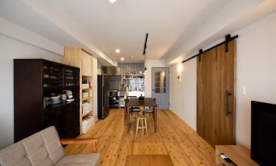 ヘリンボーンの廊下とステンレスキッチン