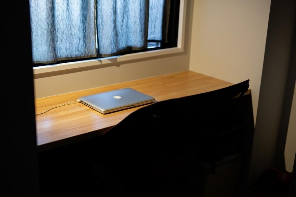 ヘリンボーンの廊下とステンレスキッチン (書斎)