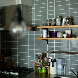 ヘリンボーンの廊下とステンレスキッチン (キッチン)