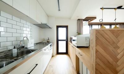 家族が自然と集うLDKの家 (キッチン)