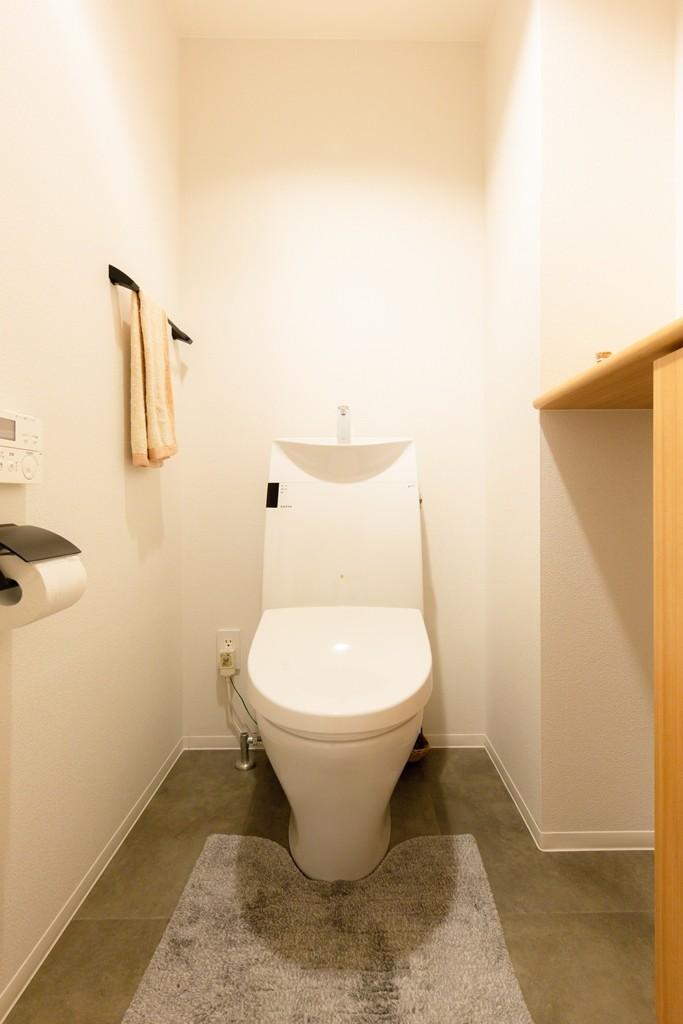 家族が自然と集うLDKの家 (トイレ)