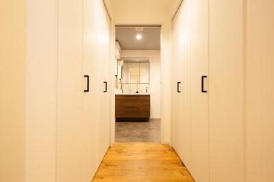 廊下収納 (家族が自然と集うLDKの家)
