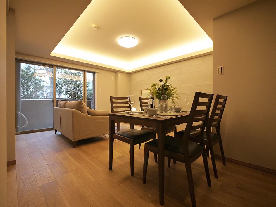 折り上げ天井と間接照明のリビング (リビングダイニング)