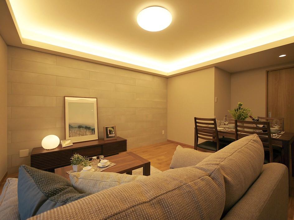 折り上げ天井と間接照明のリビング (アクセントタイル)