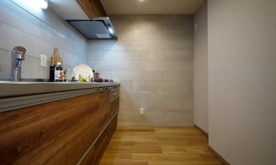 折り上げ天井と間接照明のリビング (キッチン)