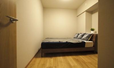 折り上げ天井と間接照明のリビング (ベッドルーム)