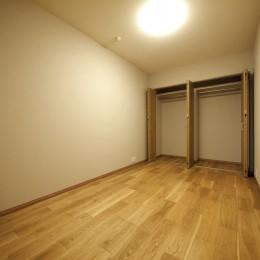 折り上げ天井と間接照明のリビング (引き戸の洋室)