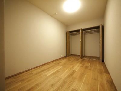 引き戸の洋室 (折り上げ天井と間接照明のリビング)