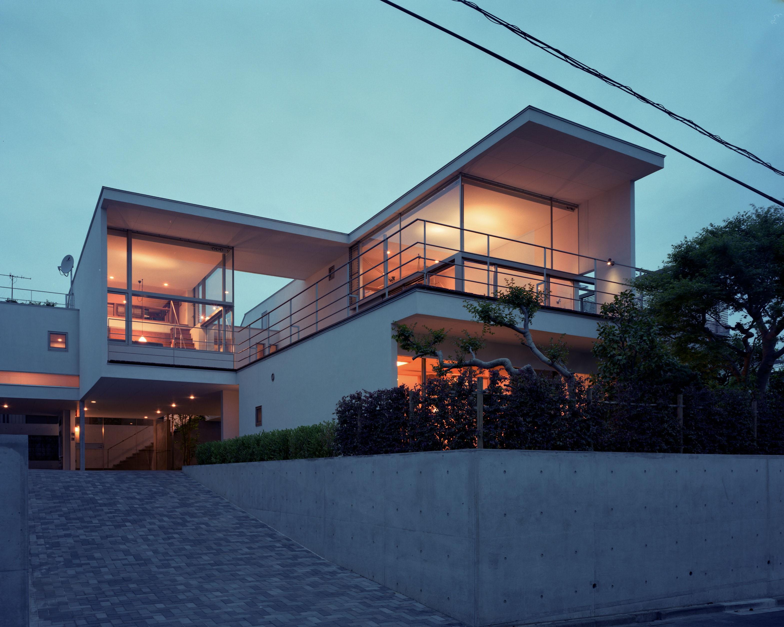 外観事例:外観夕景(【フラッツ5+1】  − オーナー3住戸+賃貸2戸+アトリエの複合建築)