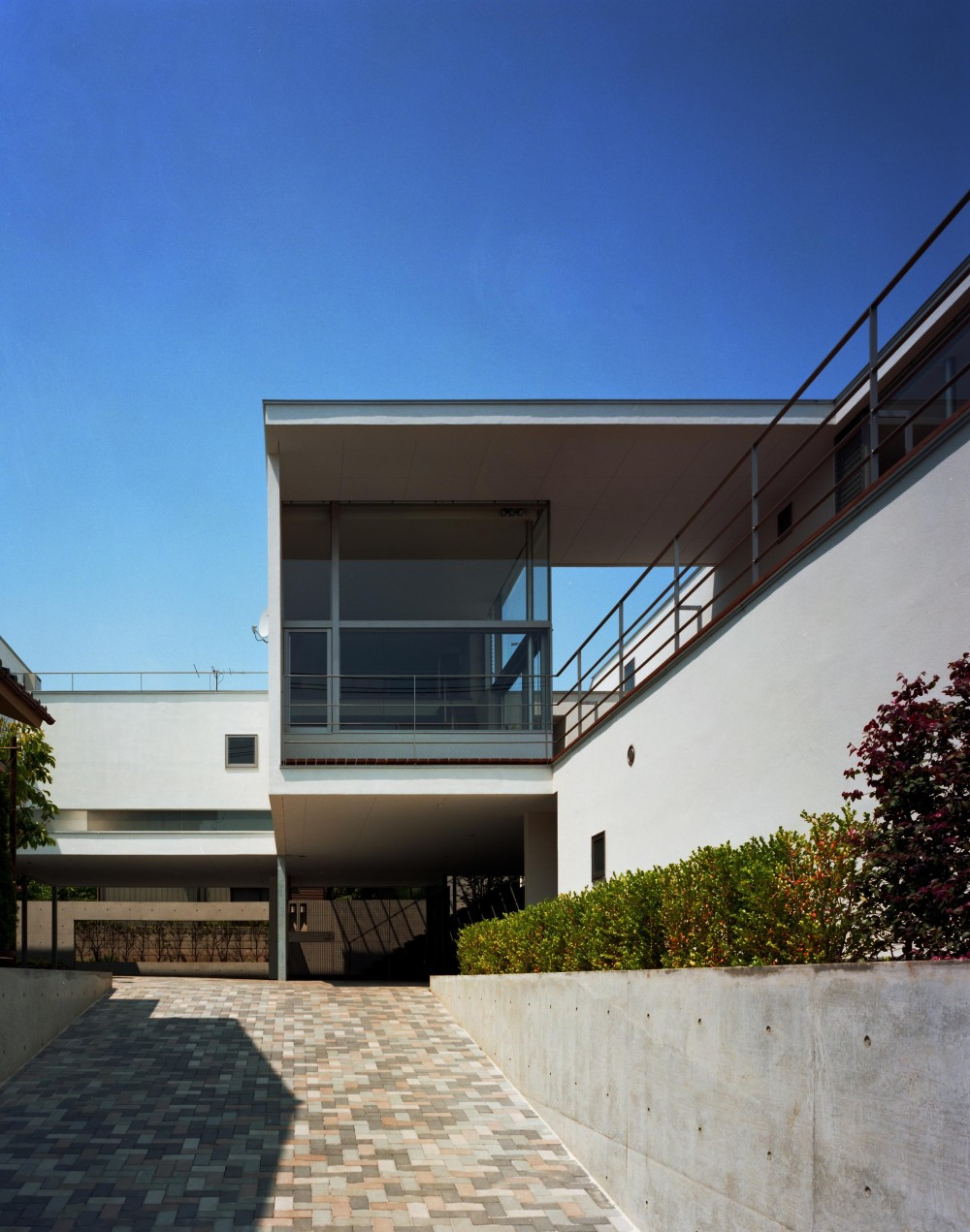 【フラッツ5+1】  − オーナー3住戸+賃貸2戸+アトリエの複合建築 (アプローチ外観)