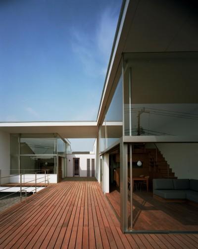 2階 ウッドデッキテラス (【フラッツ5+1】  − オーナー3住戸+賃貸2戸+アトリエの複合建築)