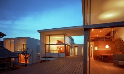 【フラッツ5+1】  − オーナー3住戸+賃貸2戸+アトリエの複合建築 (夕景)