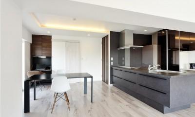 ダイニングキッチン|少ないけれども十分な収納スペースを設けた快適な住居