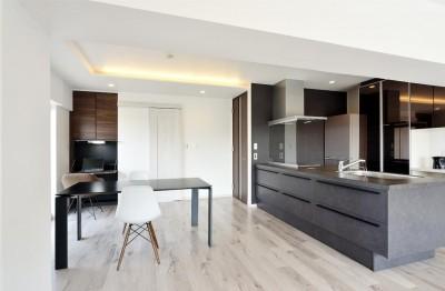 ダイニングキッチン (少ないけれども十分な収納スペースを設けた快適な住居)