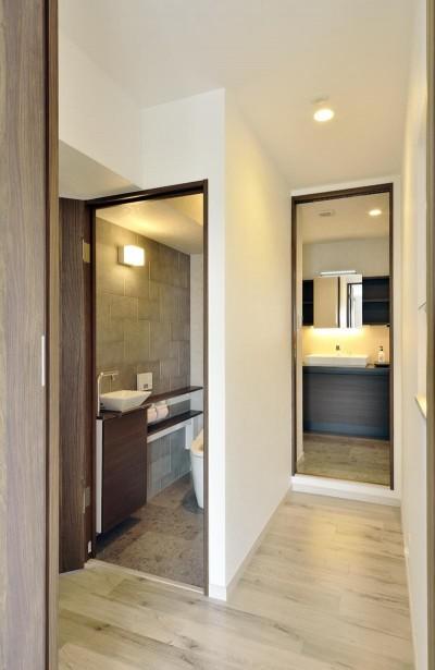 トイレ・洗面へのアプローチ (少ないけれども十分な収納スペースを設けた快適な住居)