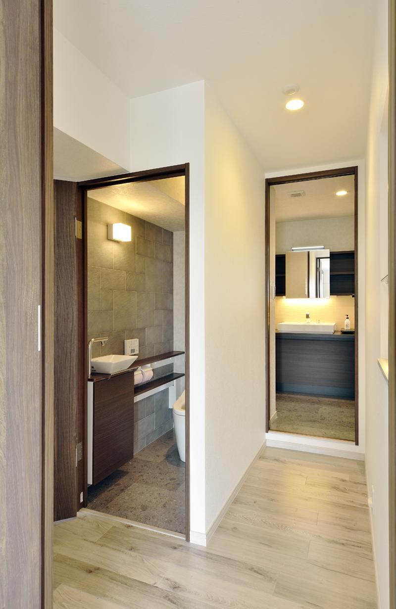 少ないけれども十分な収納スペースを設けた快適な住居 (トイレ・洗面へのアプローチ)