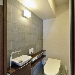 少ないけれども十分な収納スペースを設けた快適な住居 (トイレ)