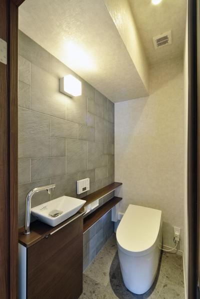 トイレ (少ないけれども十分な収納スペースを設けた快適な住居)