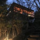 大自然の中で時間の流れを楽しむ家|那須の週末住宅の写真 外観夕景