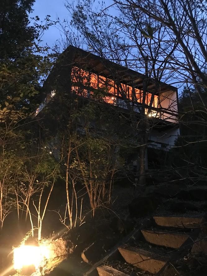 大自然の中で時間の流れを楽しむ家|那須の週末住宅 (外観夕景)